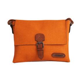Дамска чанта 01-17-164-68 малка цвят оранжев с кафяви акценти Спортна, малка дамска чанта с дълга дръжка. Ефектна и стилна комбинация на цветове - оранжево с кафяво.